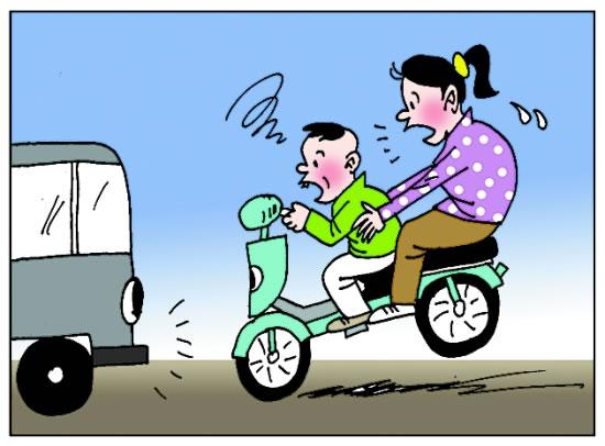 """停好之后才后悔莫急,人世间最痛苦的事莫过于此。如果上天能够给我再来一次的机会,我会对那个人说三个字:滚下去! 是的,就像时下流行的一句话,骑电动车千万别载老婆或老公。其实后座的人品如何很影响骑车者的状态,以下这几种人各位骑车的能躲就躲吧。 1、""""指点江山""""型 为什么说老公、老婆坐后座容易引起纷争?没有哪个骑车喜欢被旁人指指点点,如果是不安全、不规范的骑行行为,后座善意提醒自是应该。但在安全情况下还说这说那就不行,我就喜欢保持这种安全距离,我就要走这条道,我就要开这种速度."""
